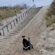 rolstoel vast in het zand