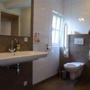 De Maasgaarde, badkamer, toilet met beugels