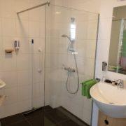 Hof Christina, badkamer met twee wastafel en inloopdouche