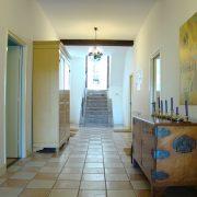 De Neust, ruime hal met links de deur naar kamer 6