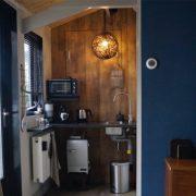 De Zes wielen, keukenhoekje met koelkastje en oventje