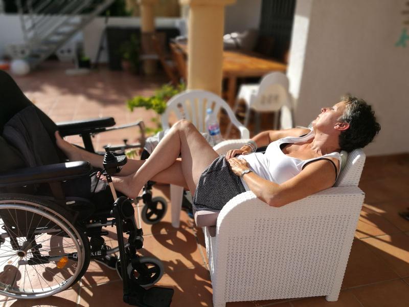 Linda in de zon bij villa Carpe Diem