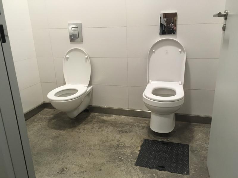 Twee toiletten naast elkaar
