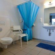 Hotel aan Zee, rolstoeltoegankelijke kamer nr 11 badkamer