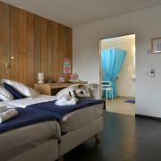 Hotel aan Zee, rolstoeltoegankelijke kamer nr 11 doorkijk naar de badkamer