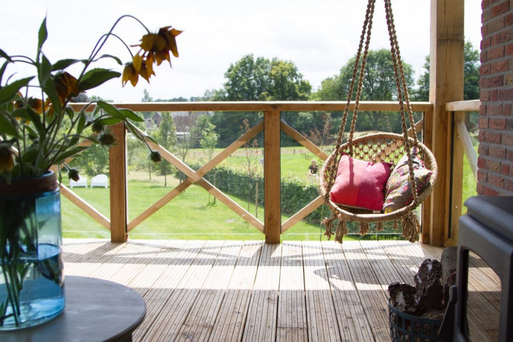 keampke buiten veranda hangstoel