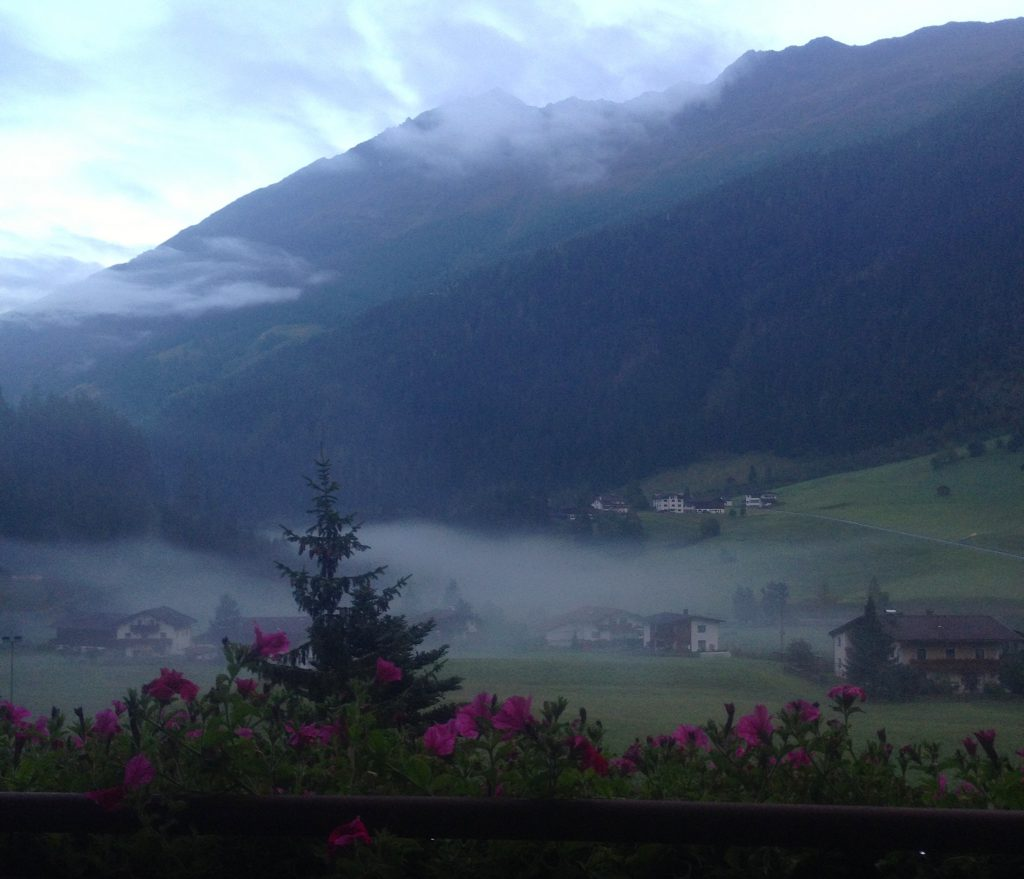 Uitzicht vanuit mijn kamer in hotel Weisseespitze, 's morgens vroeg.