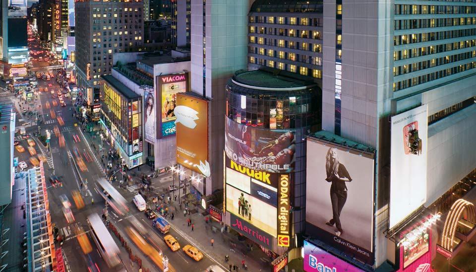 Straatbeeld vanuit het Marriott hotel