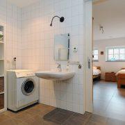 Landschotse Hoeve, badkamer:wasmachine Wit Holland
