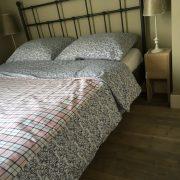Schoonehof, slaapkamer, ruimte naast het bed