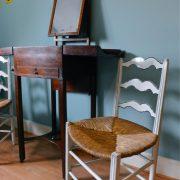 De Neust, rolstoeltoegankelijke kamer (houten stoeltjes)