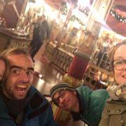 Eelke en Tjeerd met zus Femke en zwager Marlon voor de draaimolen in de efteling