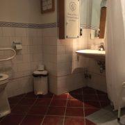 Efteling hotel, rolstoeltoegankelijke badkamer wastafel