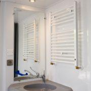 Het Wieskamp, Landleven chalet badkamer, wastafel