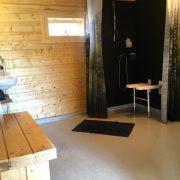 Op het Broeck, badkamer met roll-in shower en douchestoel aan de wand