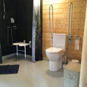 Op het Broeck, badkamer toilet met opklapbare beugels aan beide kanten
