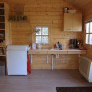 Op het Broeck, onderrijdbare keuken met losse koelkast met gasfornuis erop