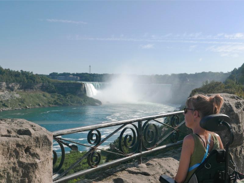 Eelke kijkt op de Niagara Falls vanuit haar rolstoel