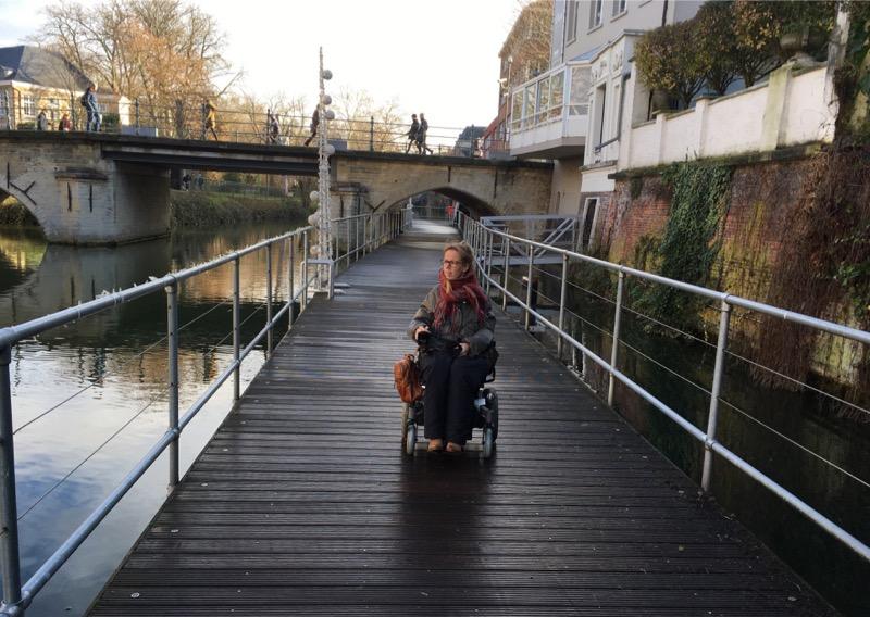 Eelke rijdt over het rolstoeltoegankelijke pad over de Dijle in Mechelen