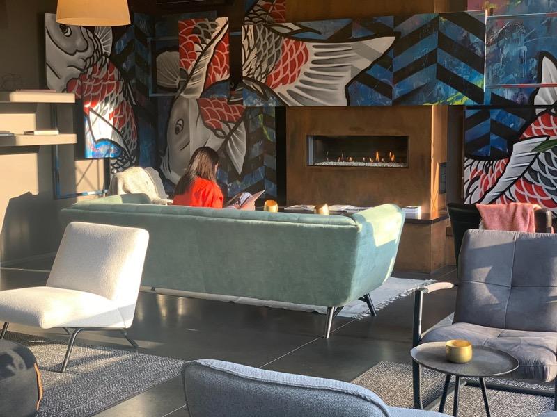 lounge ruimte met zeeblauwe bank en gashaard