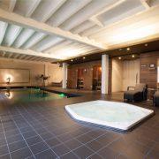 Open ruimte met zwembad in de grond, zonder opstaande rand, jacuzzi en twee sauna's