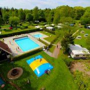 luchtfoto van de camping met zwembad en trampoline