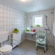 Badkamer met Etac douche-postoel