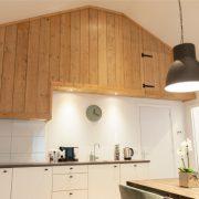 keuken met witte onderkasten en houten bovenkasten