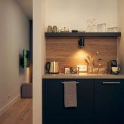Hotel Beekhuizen, pantry in de kamer met waterkoker, nespresso en koelkast