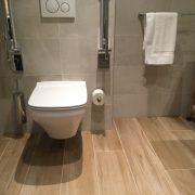 toilet met opklapbare beugels
