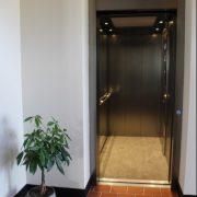 grote lift met automatische deuren
