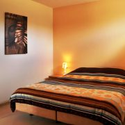2-persoonsbed met warme, geel, bruin tinten