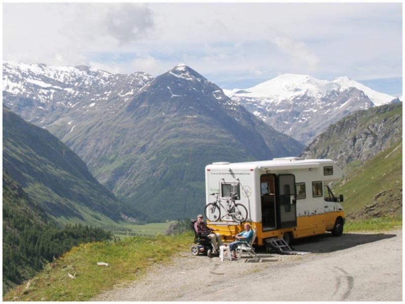 Camper staat in de bergen