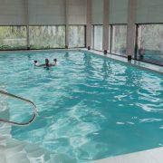 zwembad met ramen rondom