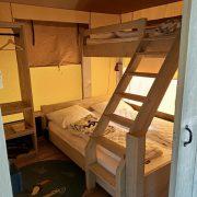 De Vos, slaapvertrek 2, 3-persoons stapelbed (dubbel onder, 1 bed boven met trap